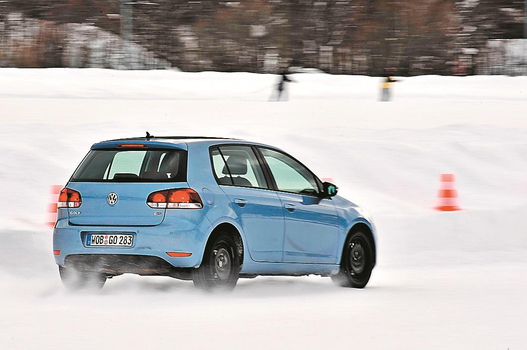 Laba sadarbība: stabilas ziemas riepas un Golf VI perfektā ESP (elektroniskā stabilitātes programma) padara braukšanu pa sniegu un ledu drošu.