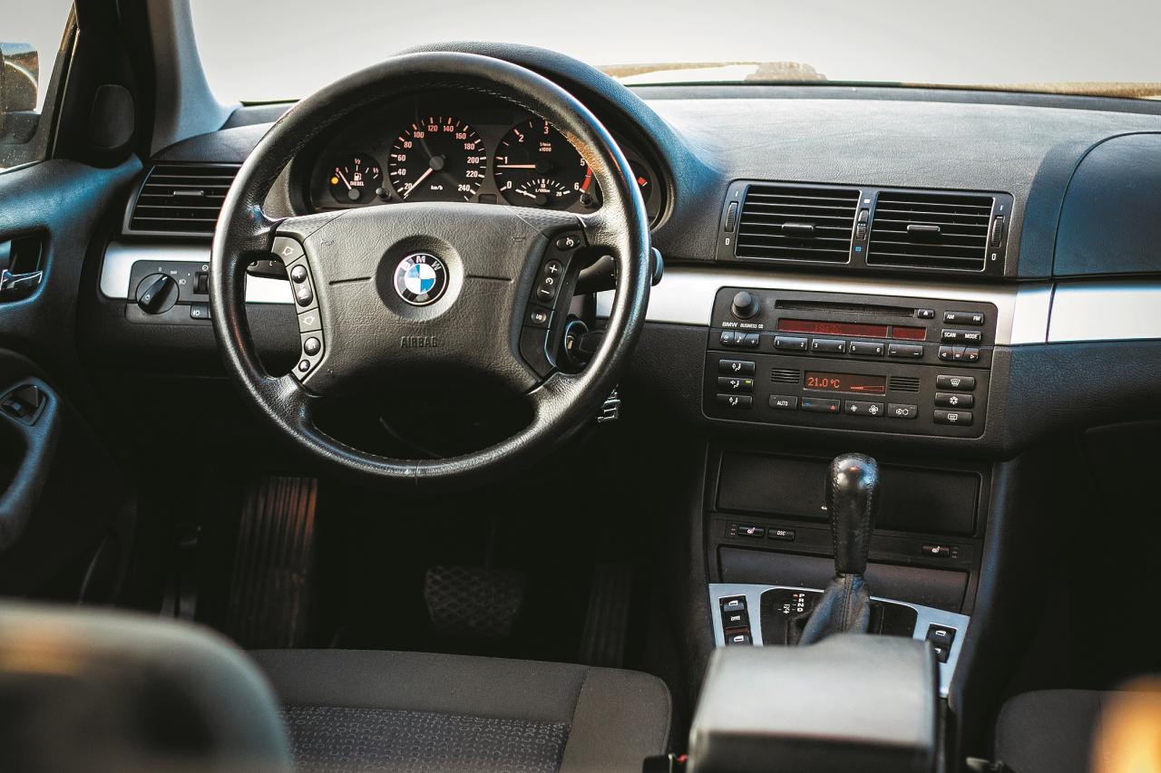 Šāds salona iekārtojums liek atcerēties laiku, kad vadītājs bija galvenā persona automašīnā. Šeit ir padomāts par vadītāja labsajūtu. Bagātīgāk aprīkotajām versijām ir arī navigācijas ekrāns.