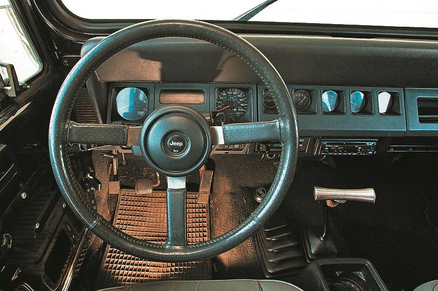 Jeep groži: priekšējam panelim skarbs dizains, šaura sēdpozīcija