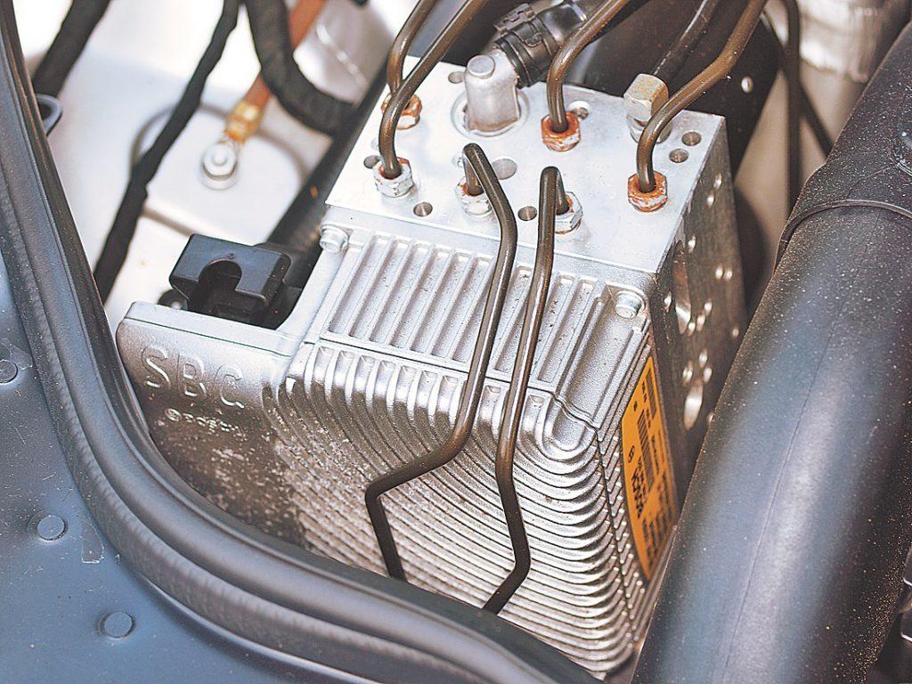 Visa ļaunuma sakne: SBC bremžu defekts noveda pie ABS darbības traucējumiem un milzīga atsauktu auto daudzuma