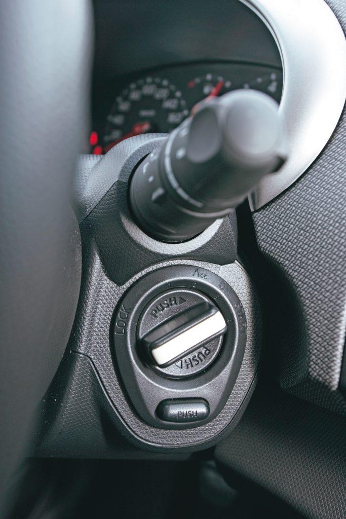 TRIKS AR ATSLĒGU Labāk aprīkotu Micra var iedarbināt bez atslēgas – vienkārši pagriežot mazo pogu zem stūres sviras.