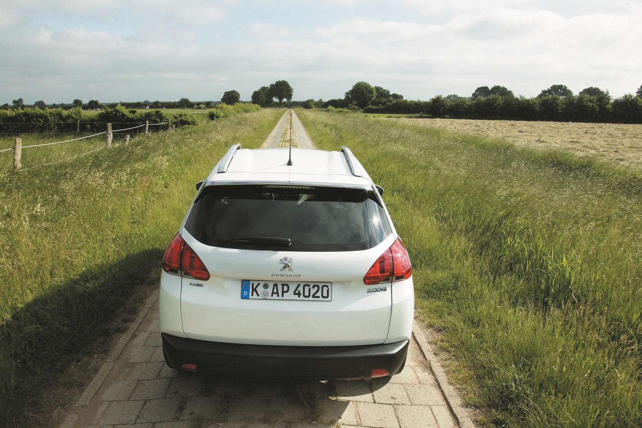 Šeit redzama Peugeot praktiskā puse: bagāžnieks ar zemu apmali un daudz vietas.