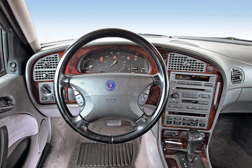 Dzīvot skaisti. Ādas stūre, vadības paneļa koka apdare un CD mainītājs. Grūti pat noticēt, ka šis ir 2000. gada Saab.