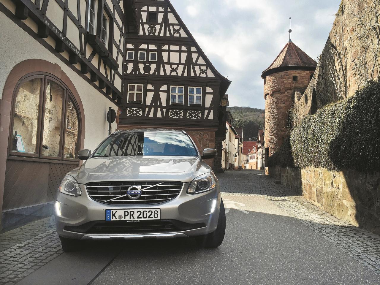 Zviedru dizains XC60 gaumīgi izskatās arī pie vecajām vācu mājiņām, piemēram, šeit, Derenbahā, Dienvidpfalcā.