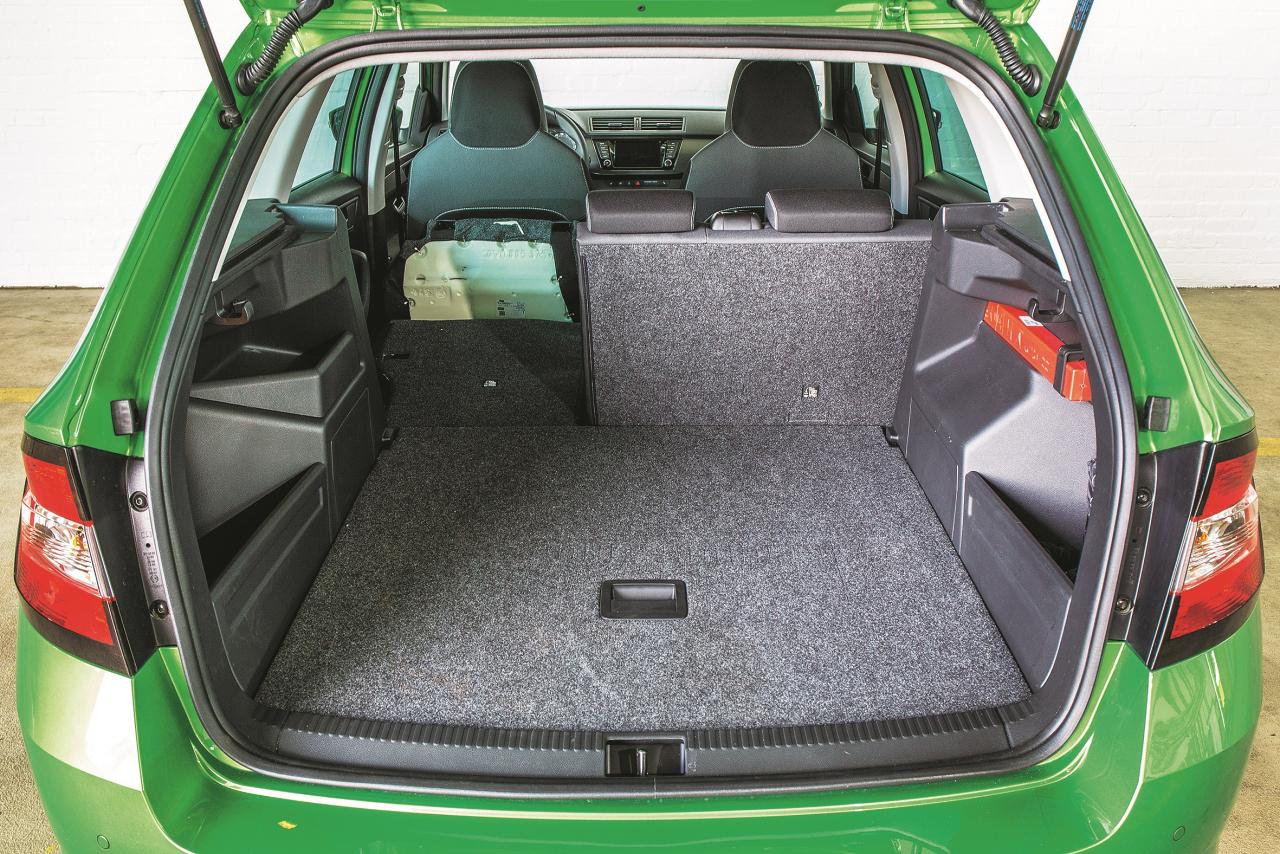 Vietas aizmugurē nav pārāk daudz, bet īsām distancēm aizmugurējais sēdeklis ir pieņemams. Ja vajag pārvadāt kravu, kopējā telpa ir visai iespaidīga šāda izmēra auto.