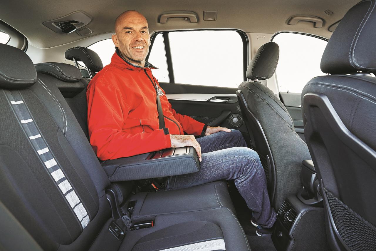 Ceļotājam viegli smaidīt: sēdekļa virsmu iespējams divās daļās bīdīt garenvirzienā, atzveltne dalās trīs daļās, kuras visas atsevišķi nolokāmas. Turklāt vēl stingrs polsterējums un laba pārredzamība.