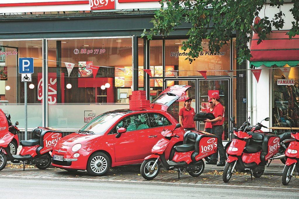 Sarkanais 500. tēloja arī picas piegādātāju.