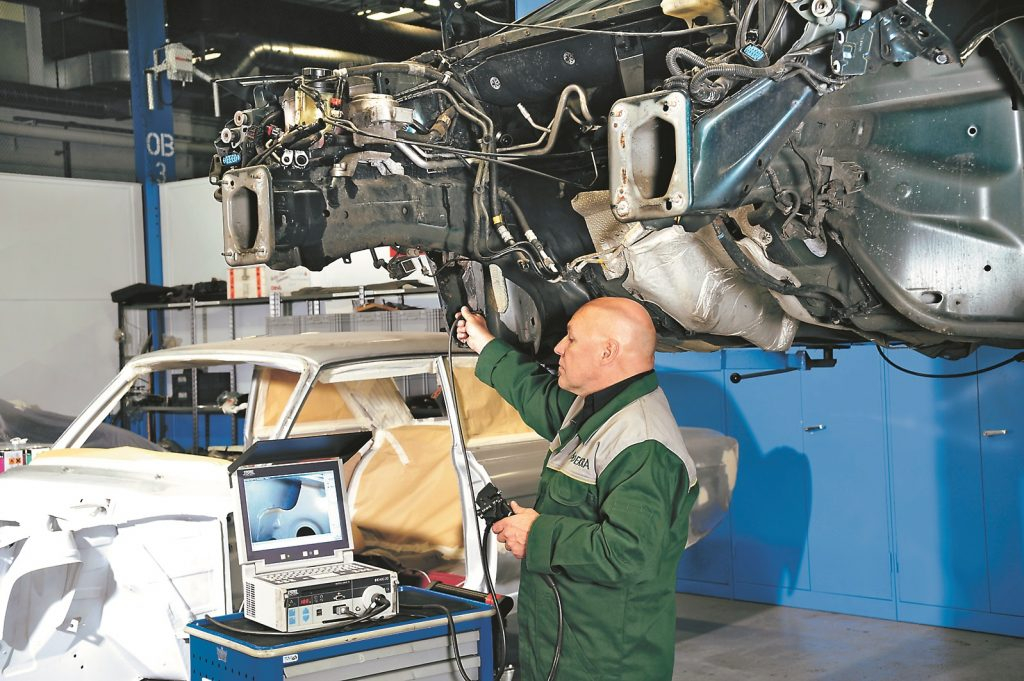 Mondeo staro no iekšpuses, konservēšanā Ford nepieļauj nekādas kļūdas. Endoskops uzduras biezām vaska kārtām.