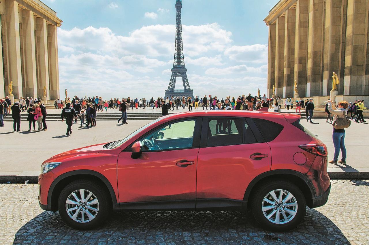 Ciemojoties pie mūsu māsas izdevuma Auto Plus Parīzē. CX-5 ir vēl pietiekami kompakts...