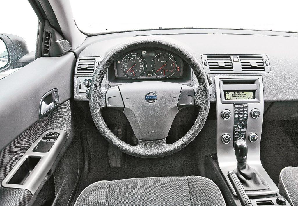 Smalkas detaļas: C30 viduskonsole šķiet peldam gaisā. Ar savu aizmugurējo bagāžas vāku Volvo atgā - dina septiņdesmito gadu Sniegbaltītes zārku.