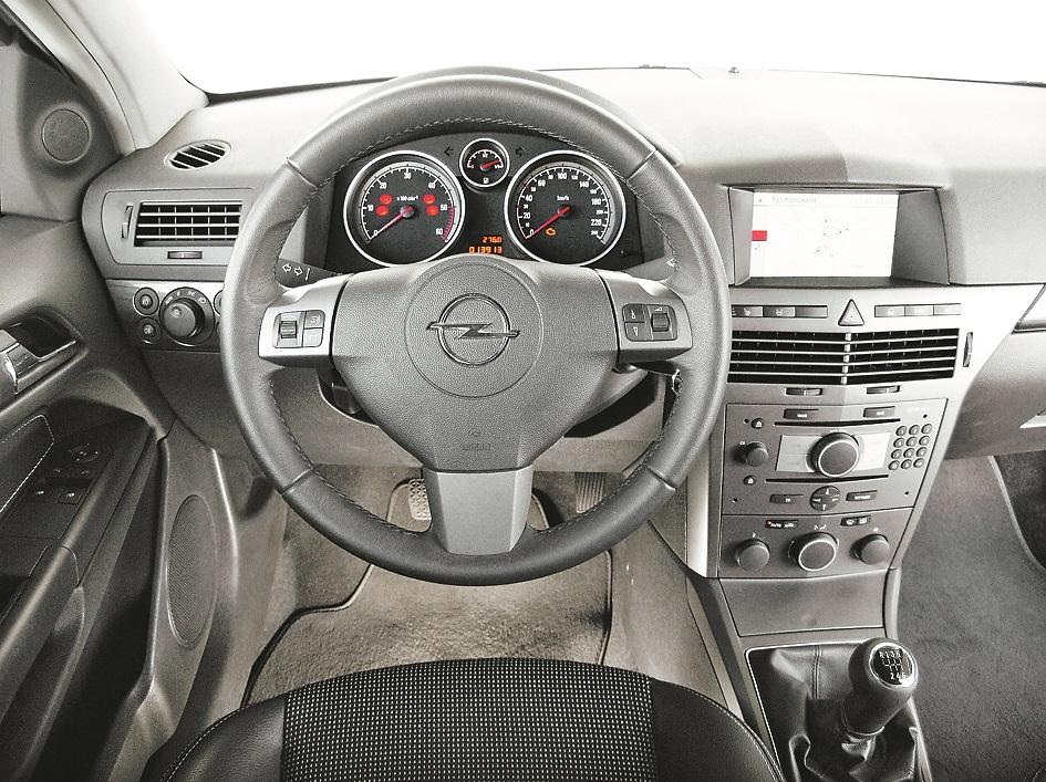 Astra kupeja: GTC gan nav ģimenes auto, toties izskatās ļoti stilīgi. Priekšējais panelis nācis no parastās Astra, navigācijas sistēma bija pieejama par paildus maksu.