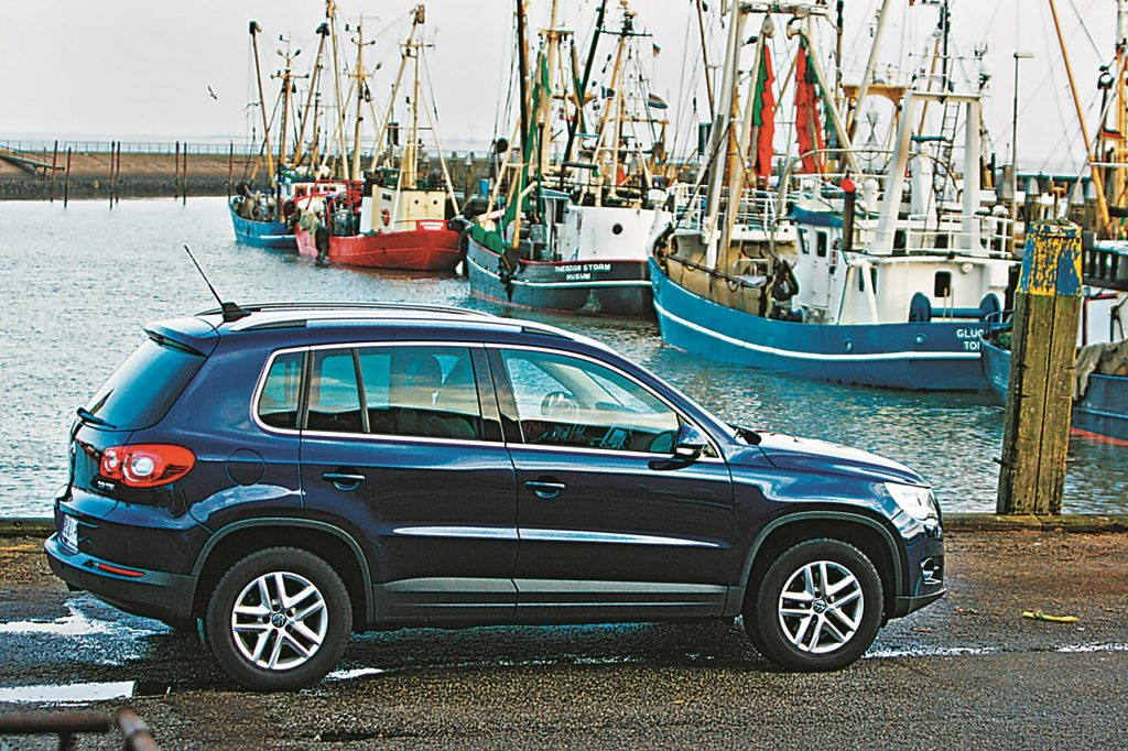 Tiguan starp citiem SUV izskatās drīzāk kā maza laiva starp kuģiem. «Praktisks, ātrs, sabiedrībā ieredzēts,» tāds ir kolēģa komentārs pēc ceļojuma uz Dāniju
