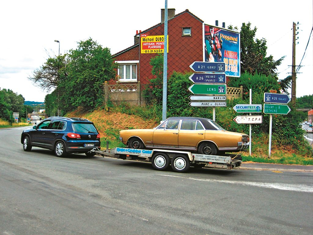 Tiguan ātri atrada piekritējus: uz (izbīdāmā) āķa drīkst pārvadāt līdz 2100 kg. Āķis ir par piemaksu, pašlaik tas no Francijas ved mājās Opel Commodore GS