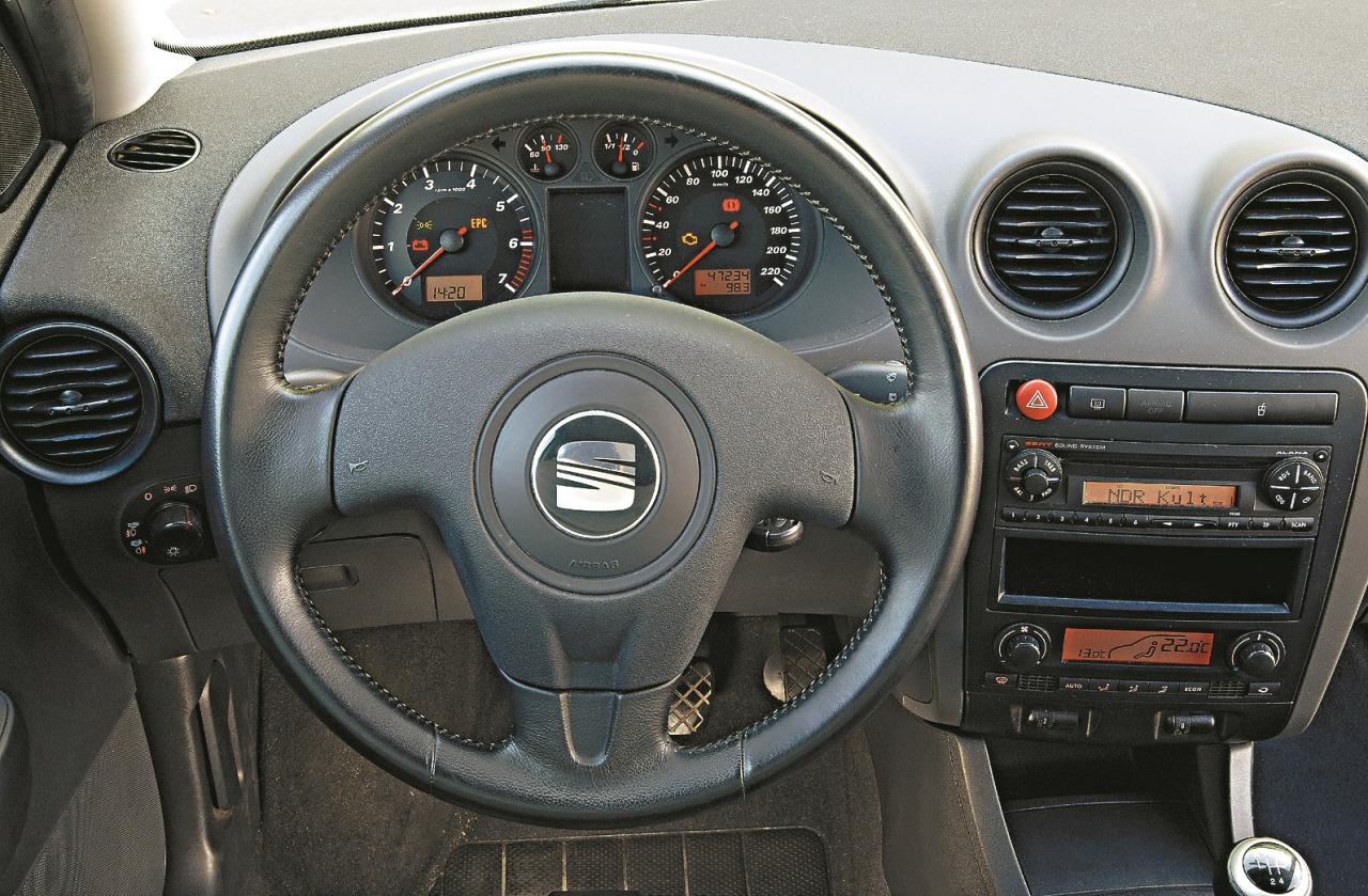 Sportiski: trīs spieķu stūre, apaļas ventilācijas atveres. Materiālu un apdares kvalitāte nesasniedz VW un Škoda līmeni