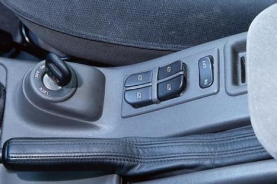 Ekskluzīvi – aizdedzes atslēgas vieta vidū, pie ātrumpārslēga