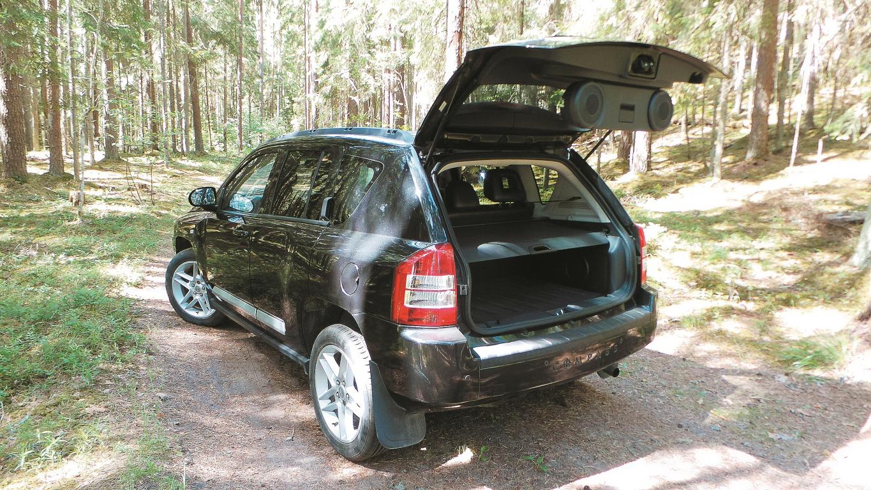 No bagāžnieka vāka iznirst skaļruņi, bet sānos iebūvēts sabvūfers – īsts ballīšu auto