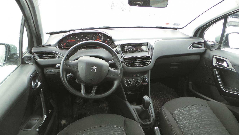 Pirms pieciem gadiem radītā Peugeot 208 interjera dizaina koncepts redzams arī jaunākajos Peugeot modeļos. Augstu novietots spidometrs un neliela stūre ne visiem šķiet ērts risinājums.
