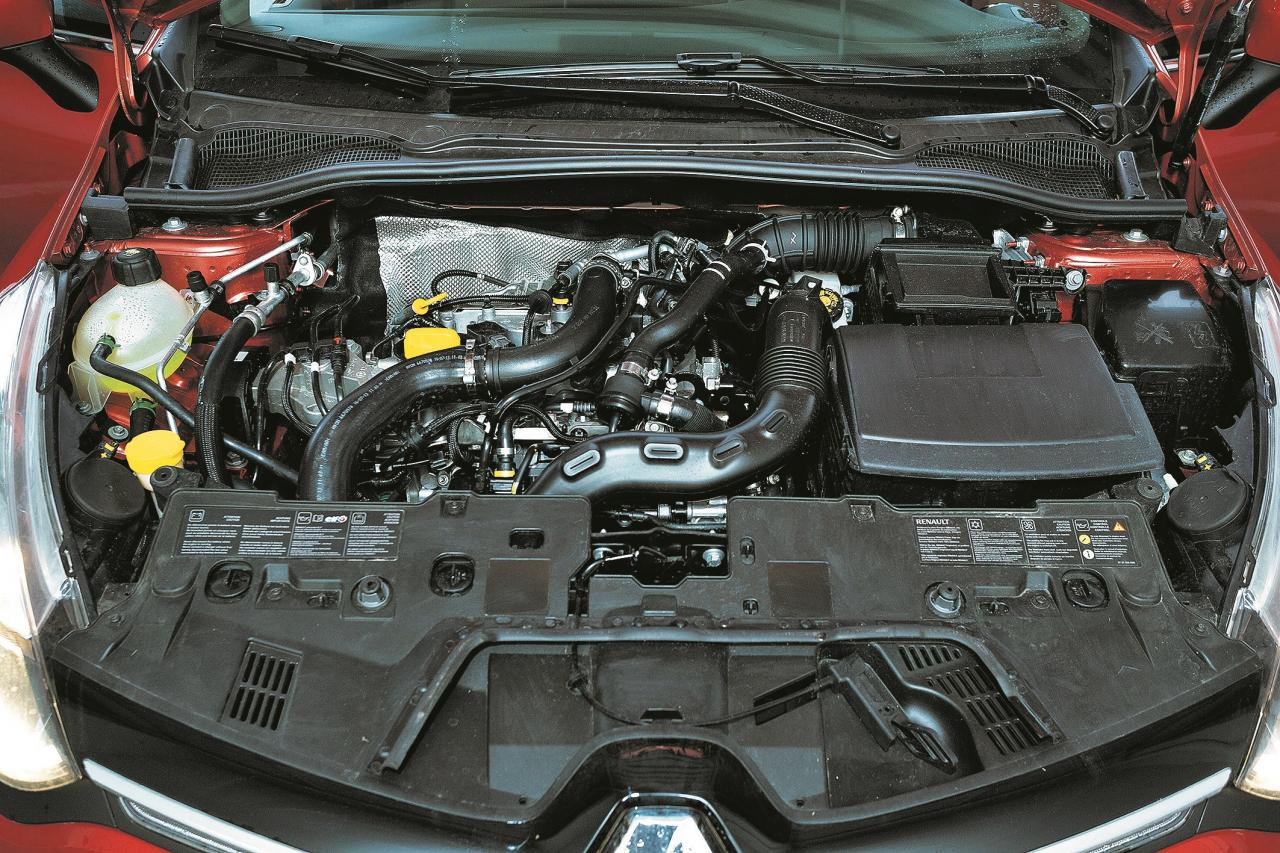 Trīscilindru motors motortelpā šķiet mazs, bet plašajā bagāžniekā trūkst varbūt vienīgi pāris sīkumu novietņu