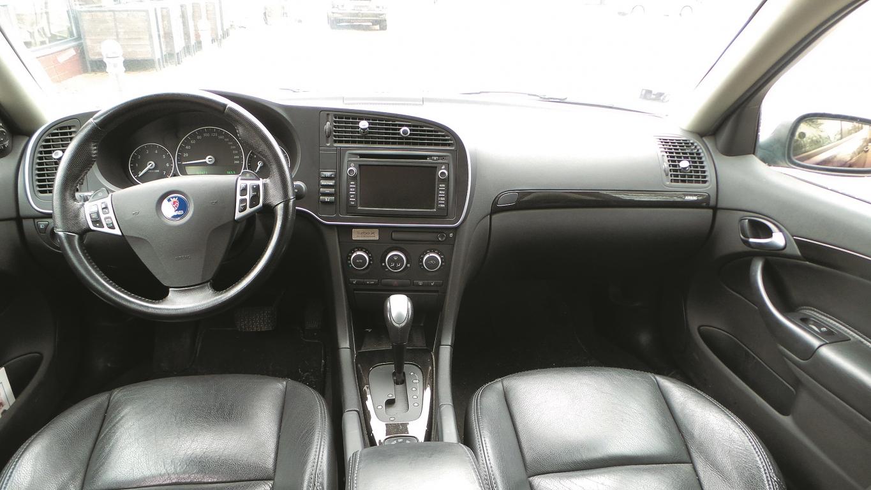 Ne velti Saab tiek saukts par arhitektuauto – starp sēdekļiem liekama aizdedzes atslēga, veiksmīgi paslēpta rokas bremze un atjautīgs glāžu turētāja dizains