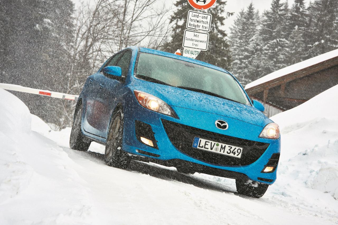 Aukstuma pārsteigts: mīnus grādos Mazda braucējiem vispirms nācās nedaudz padrebināties, jo salons sasilst pavisam lēni. Toties apsildāmais vējstikls ļauj ziemā nenodarboties ar ledus kasīšanu. Par spīti vājam griezes momentam, priekšējie riteņi dažreiz mēdz griezties pārāk strauji