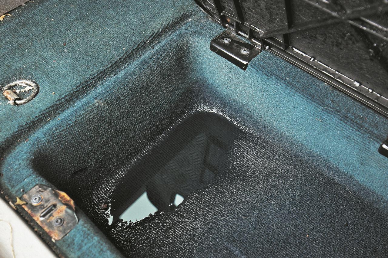 Pēc mazgāšanas bagāžniekā ir ūdens. Ilgtermiņa sekas ir rūsa, pelējums un slikta smaka.