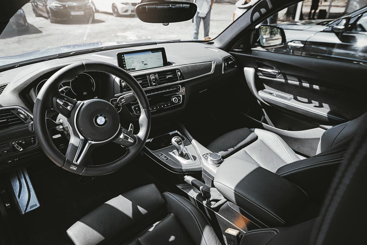 Pārdomāta ergonomika un ērta sēdpozīcija – luksusa kartings.