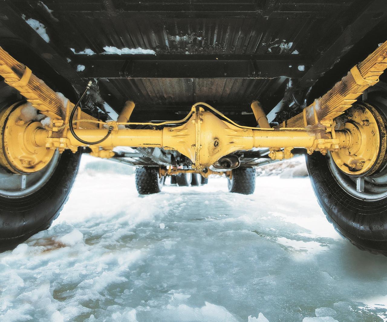 Apakšējā uzbūve: lokšņu atsperes, pilnpiedziņa un platas riepas nodrošina pavisam īpašu braukšanas sajūtu. Šīs konkrētās riepas gan ir ražotas kādā Baltkrievijas rūpnīcā