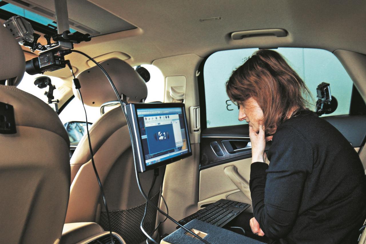 Eksperte Sandra Trēsterere vēro testu no aizmugurējā sēdekļa.