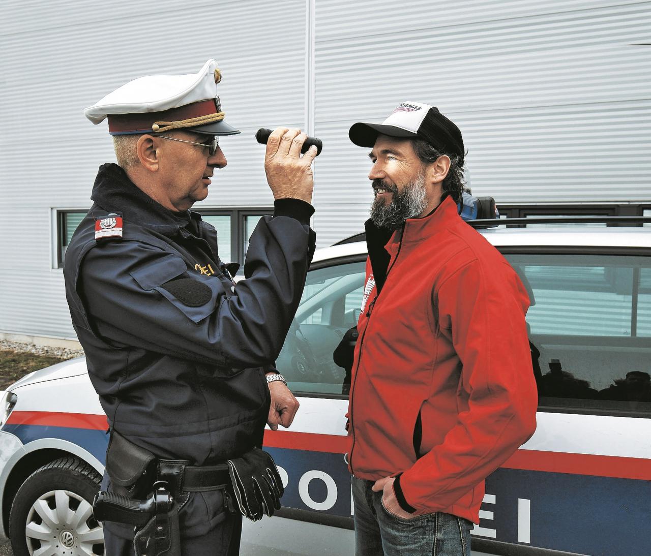 Policists Johans Peherstorfers: «Pēc autovadītāja acu zīlītēm ir iespējams noteikt, vai viņš ir smēķējis marihuānu.»