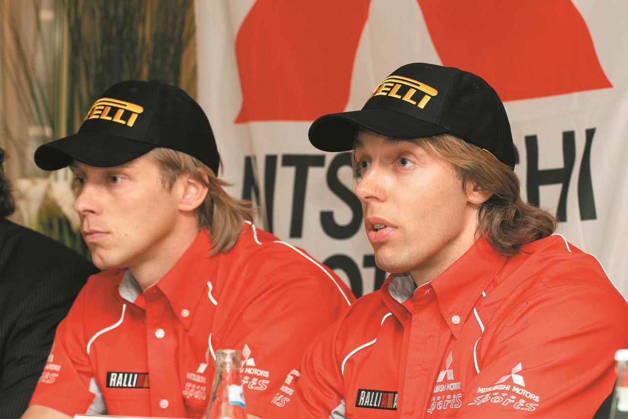 2005. gadā Skandi Auto ekipāžas stūrmanis Valdis Spredzis (no labās) un pilots Ivars Vasaraudzis preses konferencē, kas veltīta sponsorēšanas līguma noslēgšanai starp Latakko un Skandi Auto rallija komandu.
