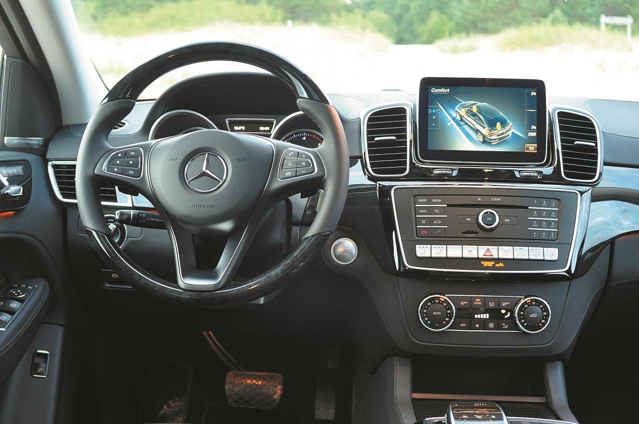 Ekrānā var kontrolēt augstumu un braukšanas leņķi. Salona dizainā baudāma klasikas un sportiskuma mijiedarbība.