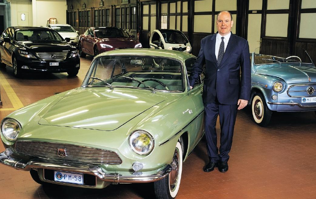 Alberts brauc ar Lexus, Tesla, Twizy, Prius. Pašā priekšā Renault Floride ar viņa mātes monogrammu.