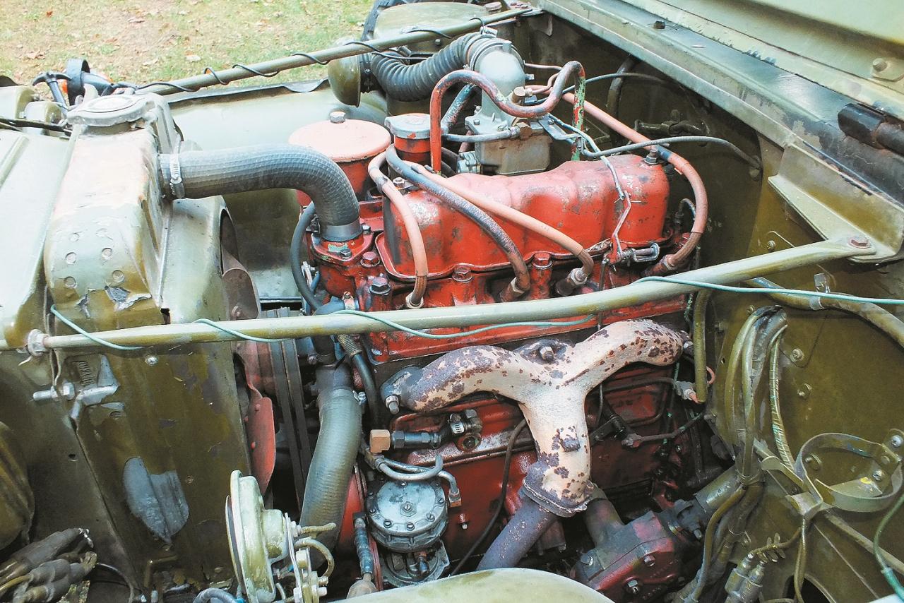 Klasisks rindas četru cilindru karburatora motors ar augšējiem ieplūdes un sānu izplūdes vārstiem.