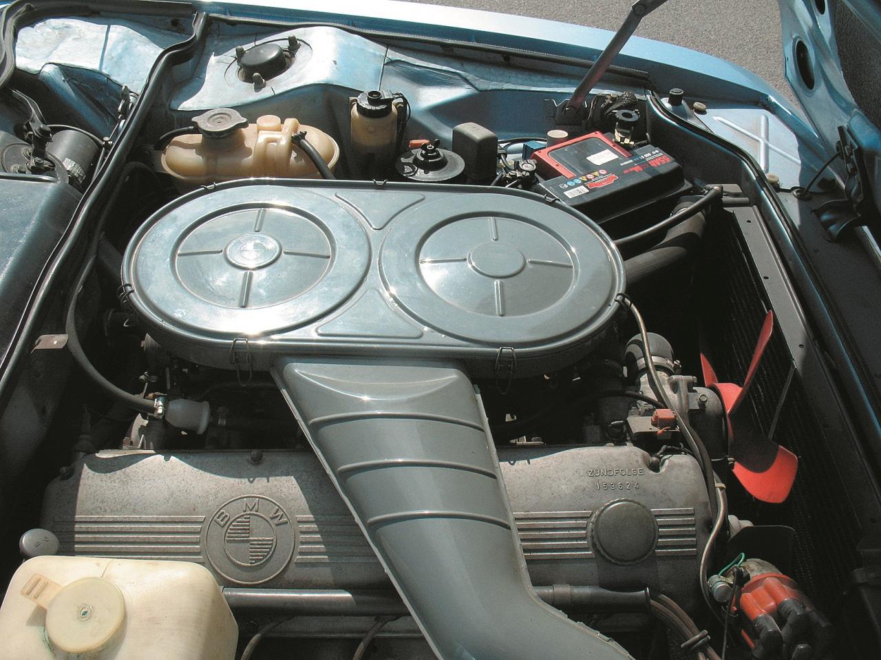 BMW raksturīgais slīpi novietotais R6 cilindru motors ar lielu gaisa filtru virs tā, tas liecina, ka apakšā ir divi karburatori.
