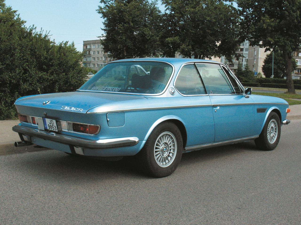 Klasisks vācu 60./70. gadu auto ar lielu bagāžas nodalījumu unmaziem aizmugures lukturiem.