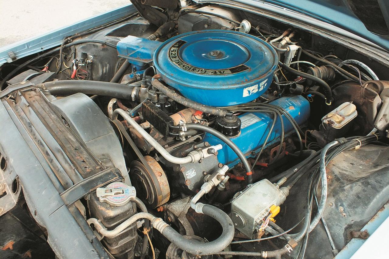 Klasisks amerikāņu V8 cilindru motors ar lielu gaisa filtru, kur uzrakstīti motora dati