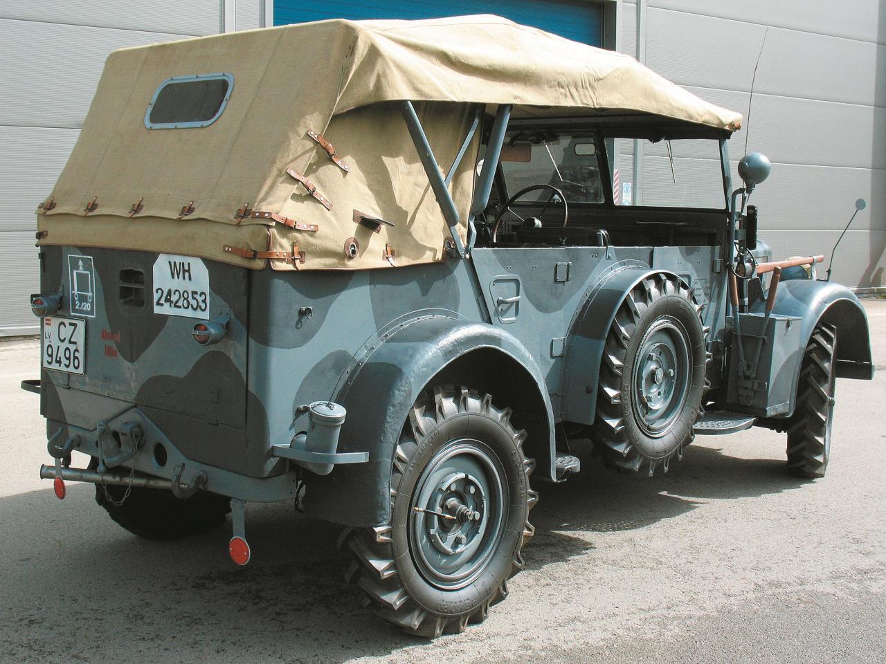 Uz kravas nodalījuma durtiņām uzstādīta Vermahta transportlīdzekļa reģistrācijas numura zīme un atstarotāji uz pielokāmiem kronšteiniem