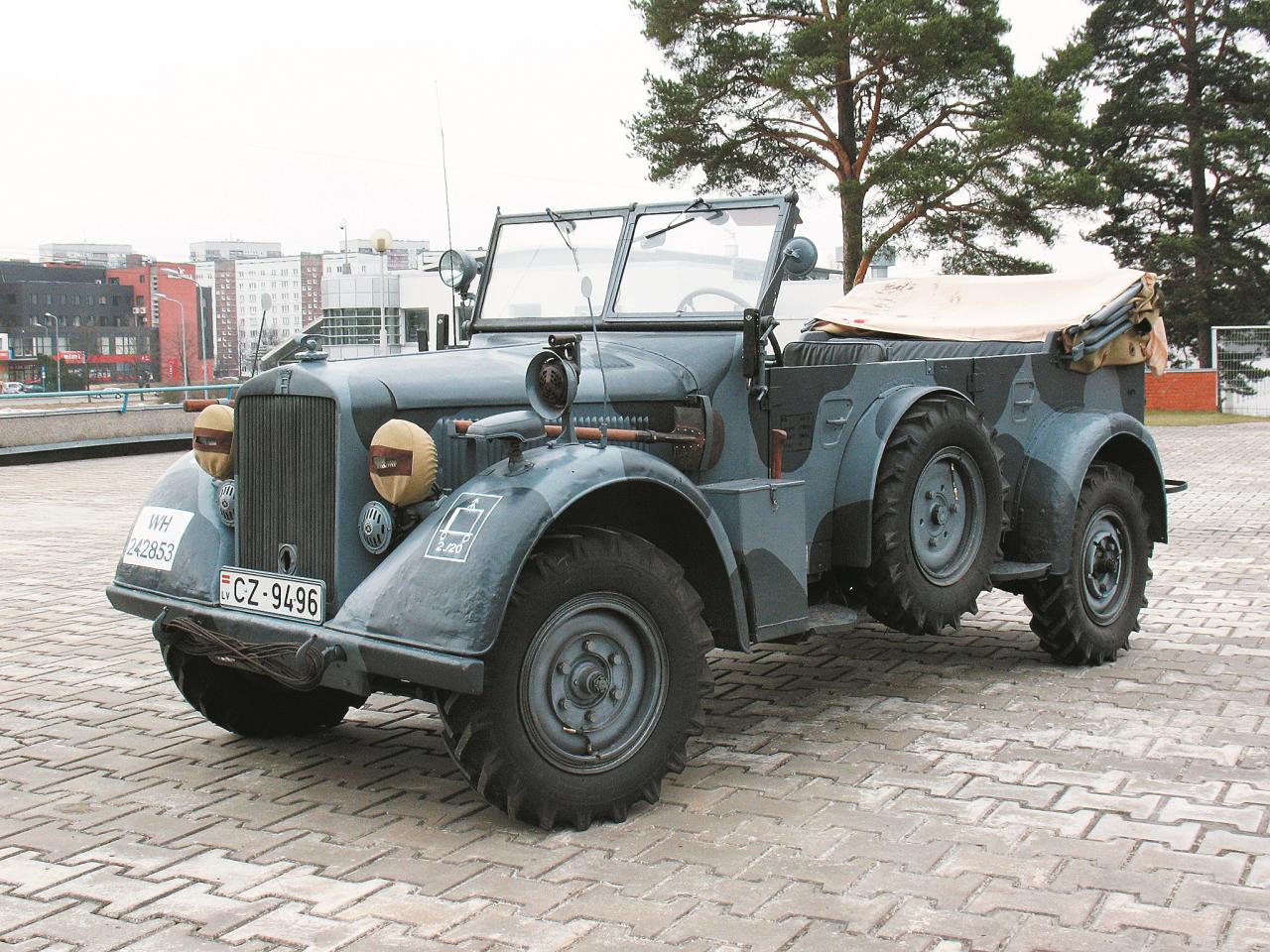 Automobilis ir nokomplektēts pilnā ekipējumā ar lāpstu, cirvi. Uz dubļu sarga sirēna un maskēšanās lukturis, kā arī attiecīgās karaspēka daļas apzīmējums.