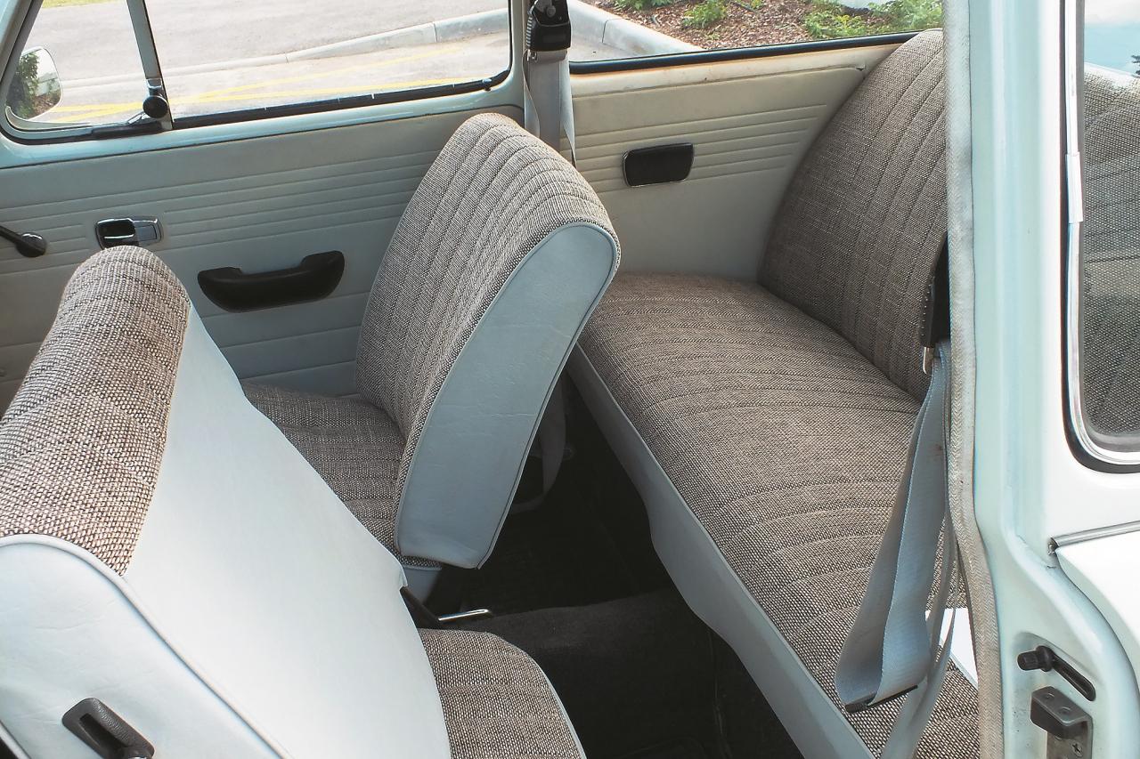 Samērā ērts, bet, lai nokļūtu aizmugures sēdeklī, priekšējo sēdekļu atzveltne jāpaliec uz priekšu.