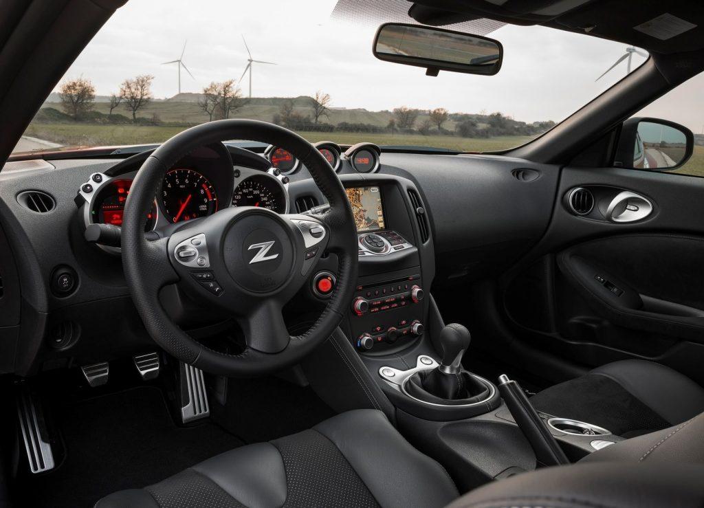 Šeit redzama manuālās transmisijas versija, bet arī automāts var būt sportisks. Īpaši, ja tas ir kopā ar pārslēgšanās svirām pie stūres. Visi instrumenti 370Z ir auguši līdzi jaunajiem izmēriem, materiālus Nissan ir jūtami uzlabojis. Beidzot ne tikai braukšana ir premium.