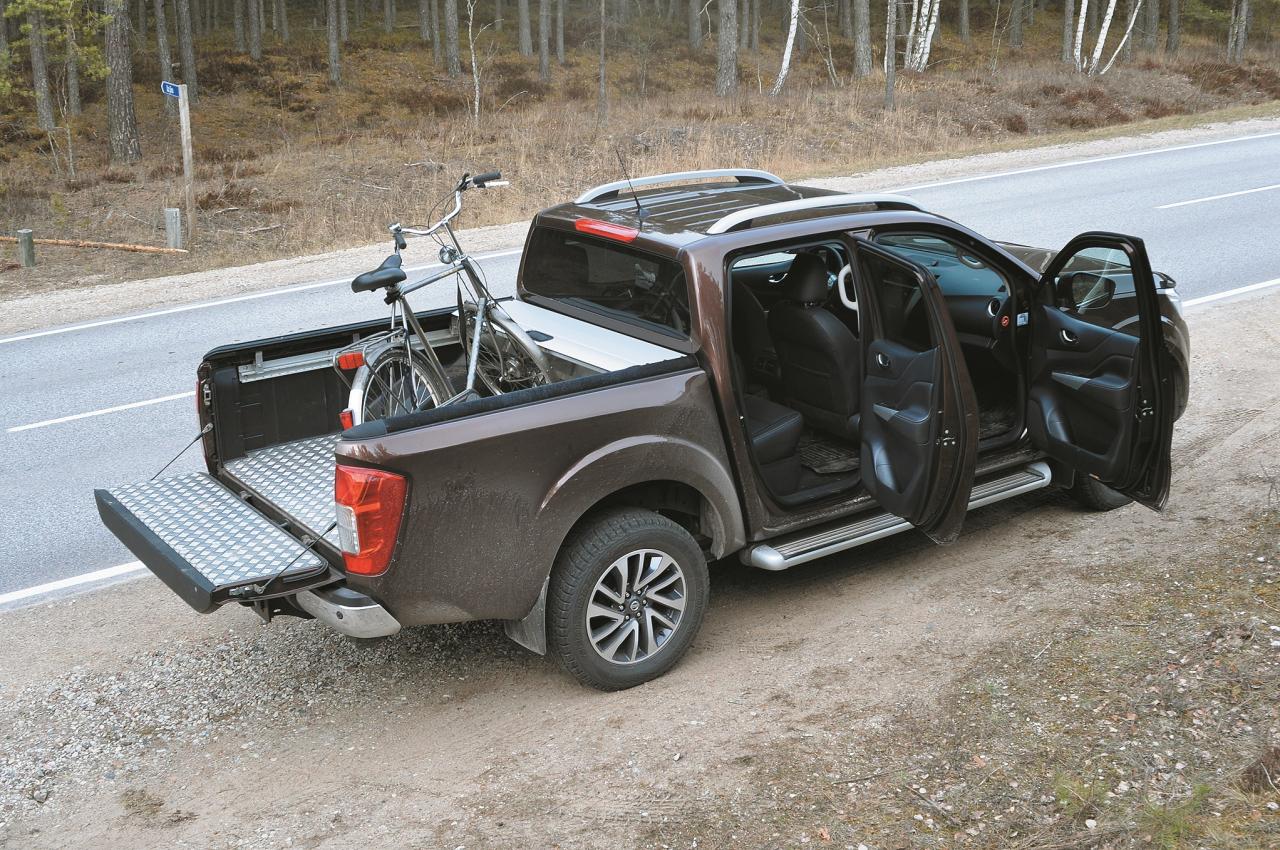 Auto lepojas ar pilnvērtīgu apvidus auto salonu. Ja iegādāsities bagāžas nodalījumu nosedzošo alumīnija slīdpārvalku, tad 35 cm būs aizņemti ar šo konstrukciju, kuru paša spēkiem būs grūti demontēt.