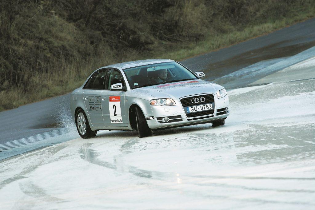 Izslīdot auto aizmugurei, auto jāstūrē ceļa virzienā. Laicīga un stūrēšana nelielā leņķi ļaus atjaunot saķeri