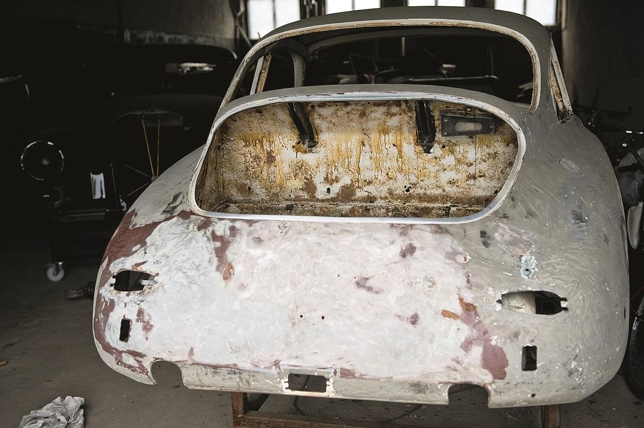 Foto: Porsche 356B T6 Karmann coupe VIN212518 restaurācijas projekts ir plānots 55 darba nedēļām. Auto tika atgādāts uz darbnīcu no kārtējās izstādes TechoClassica Essen 2011. Piegādes laikā automašīna bija daļēji izjaukta un, pēc īpašnieka sacītā, tās dzinējs nebija darba kārtībā