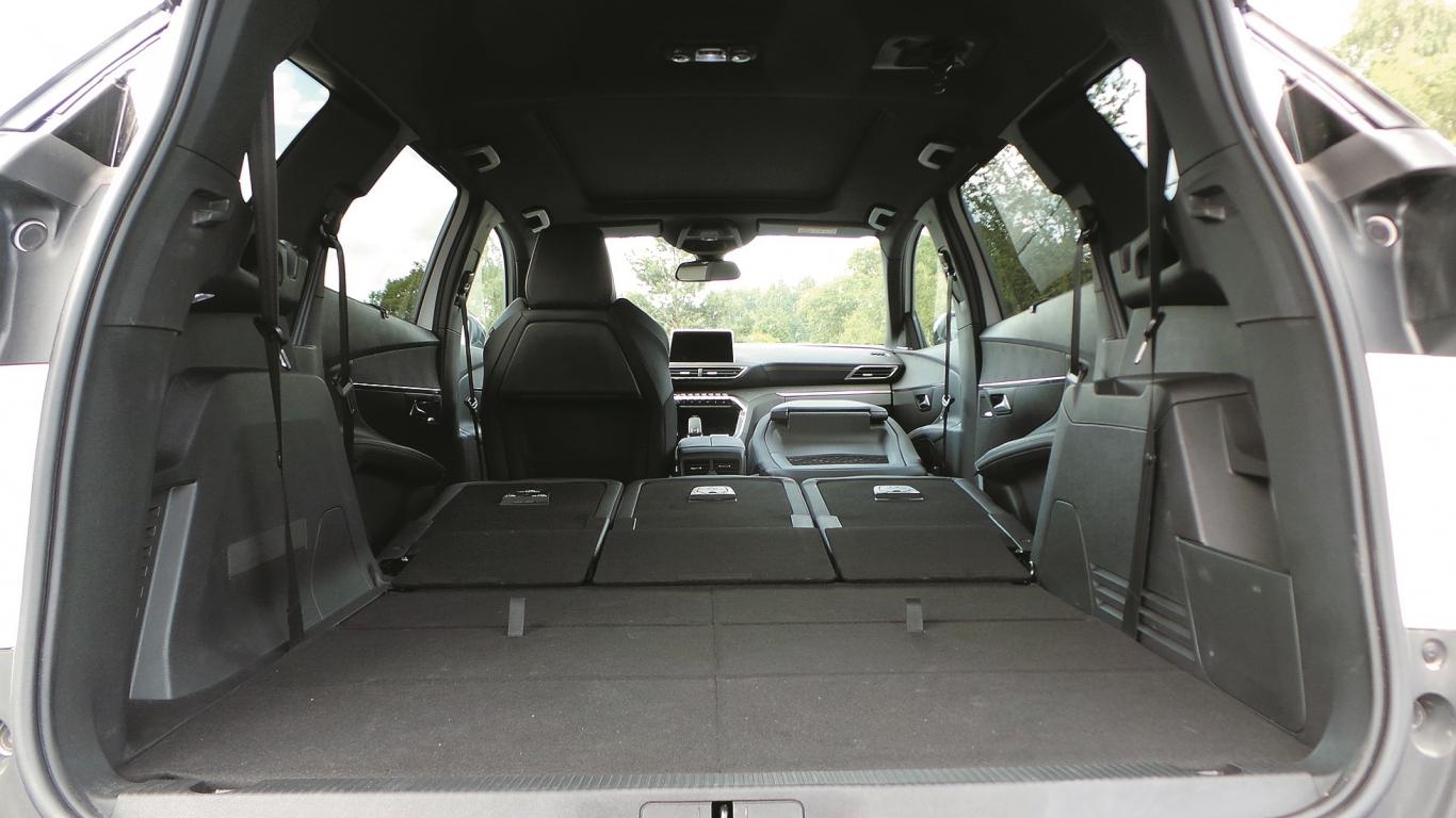 Katru otrās rindas sēdekli iespējams pabīdīt vai nolocīt atsevišķi. Visu sēdekļu ielaišana grīdā iespējama mazāk kā pusminūtes laikā.