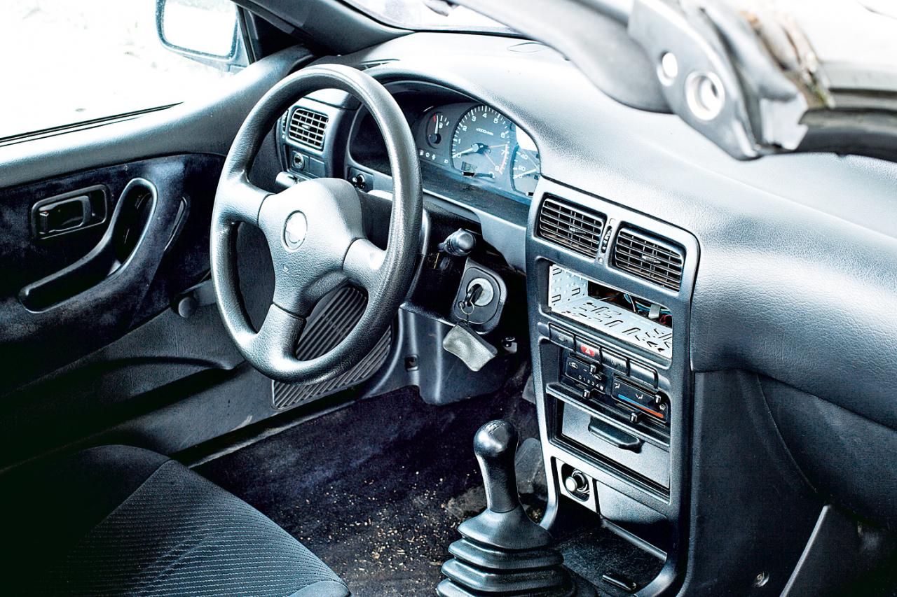 Trīsspieķu stūre, apaļas instrumentu skalas: Nissan 100 NX salons izskatās pat sportisks