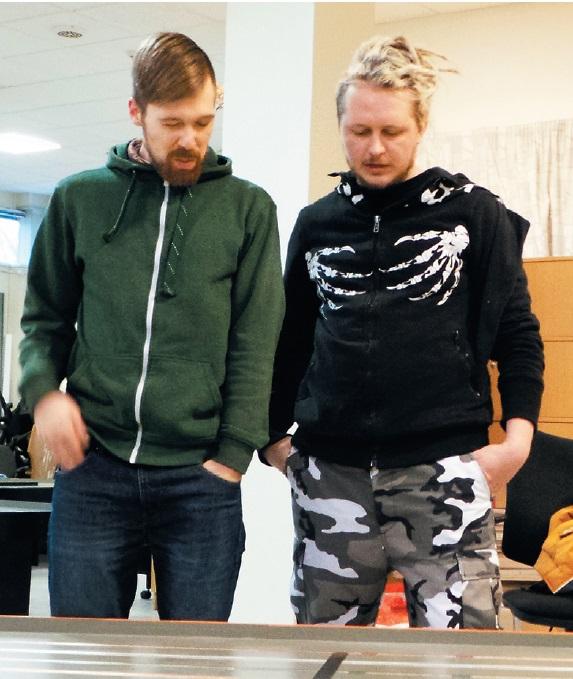 Andris Taurītis (no kreisās) un Jānis Nabokins, sagatavojot trasi transportēšanai uz Spāniju.