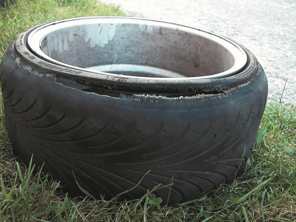 Izstieptajām riepām protektors tikai daļēji nosedz diska platumu, bet atlikusī vieta tiek kompensēta ar izstiepu sānu bortu. Negatīvs sagāzums vai borta strīķēšanās riteņa arkās – rezultāts parasti ir viens.