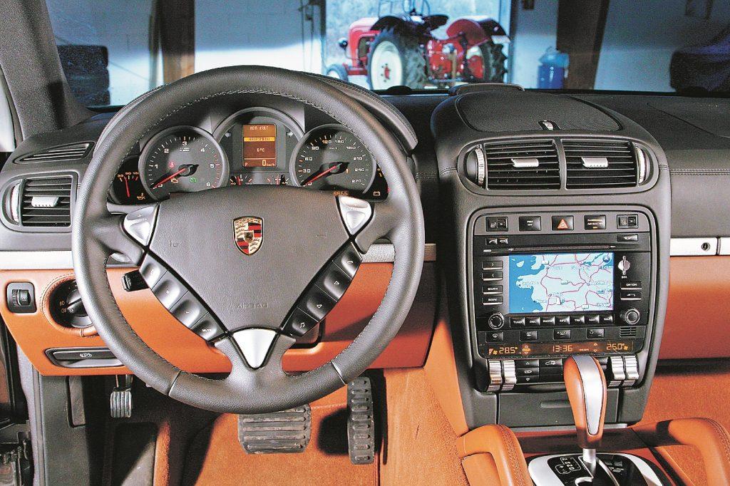 Caur un cauri Porsche… vismaz tik ilgi, kamēr ignorējam tahometra skalu. Cayenne ar dīzeļdzinēju izpilda visas parastās prasības. Lieliski apstrādāta āda, pilnīgs luksuss.