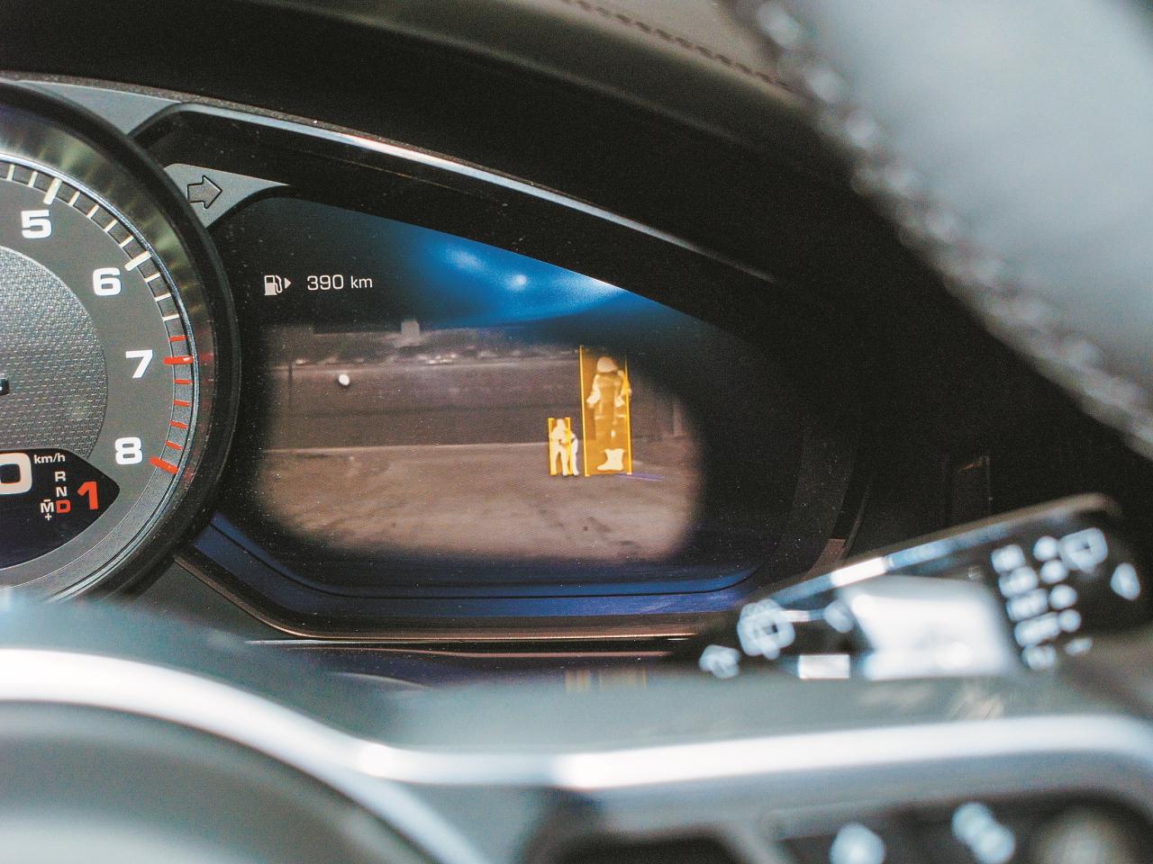 Ar šādu nakts redzamību lepojas jaunais Porsche Cayenne. Inženieri apgalvo, ka šādā situācijā auto pats nobremzēs, ja vadītājs neiejauksies ar neadekvātām kustībām. Nepārbaudījām. Ticam uz vārda