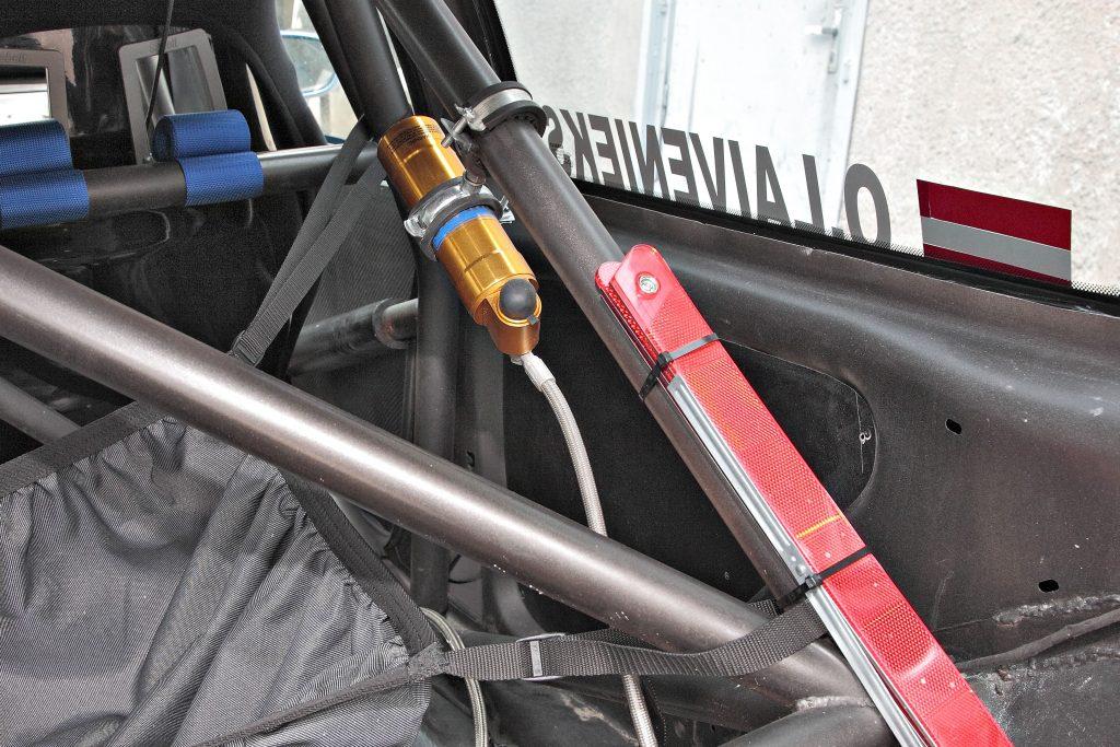Amortizatora papildu rezervuārs ļauj palielināt darba šķidruma tilpumu un nodrošina efektīvāku tā dzesēšanu